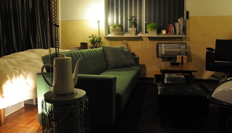ソファで居間とベッドスペースを区切ったお部屋