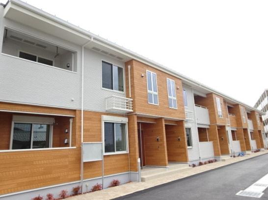 明るい色の木造アパート
