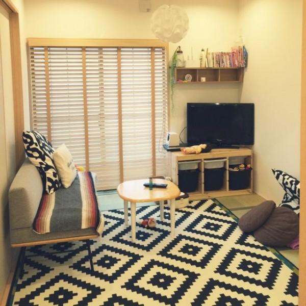 カーペットとソファで畳を隠した和室