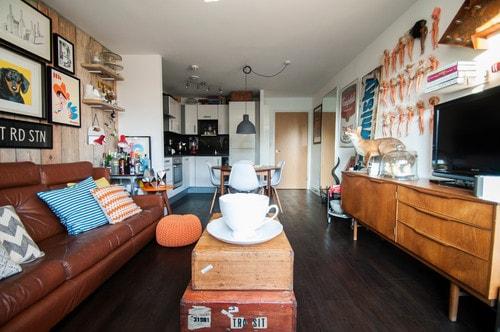 細長い家具でサイズ感を統一したレイアウト例