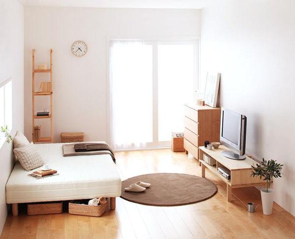 家具を壁に寄せている部屋