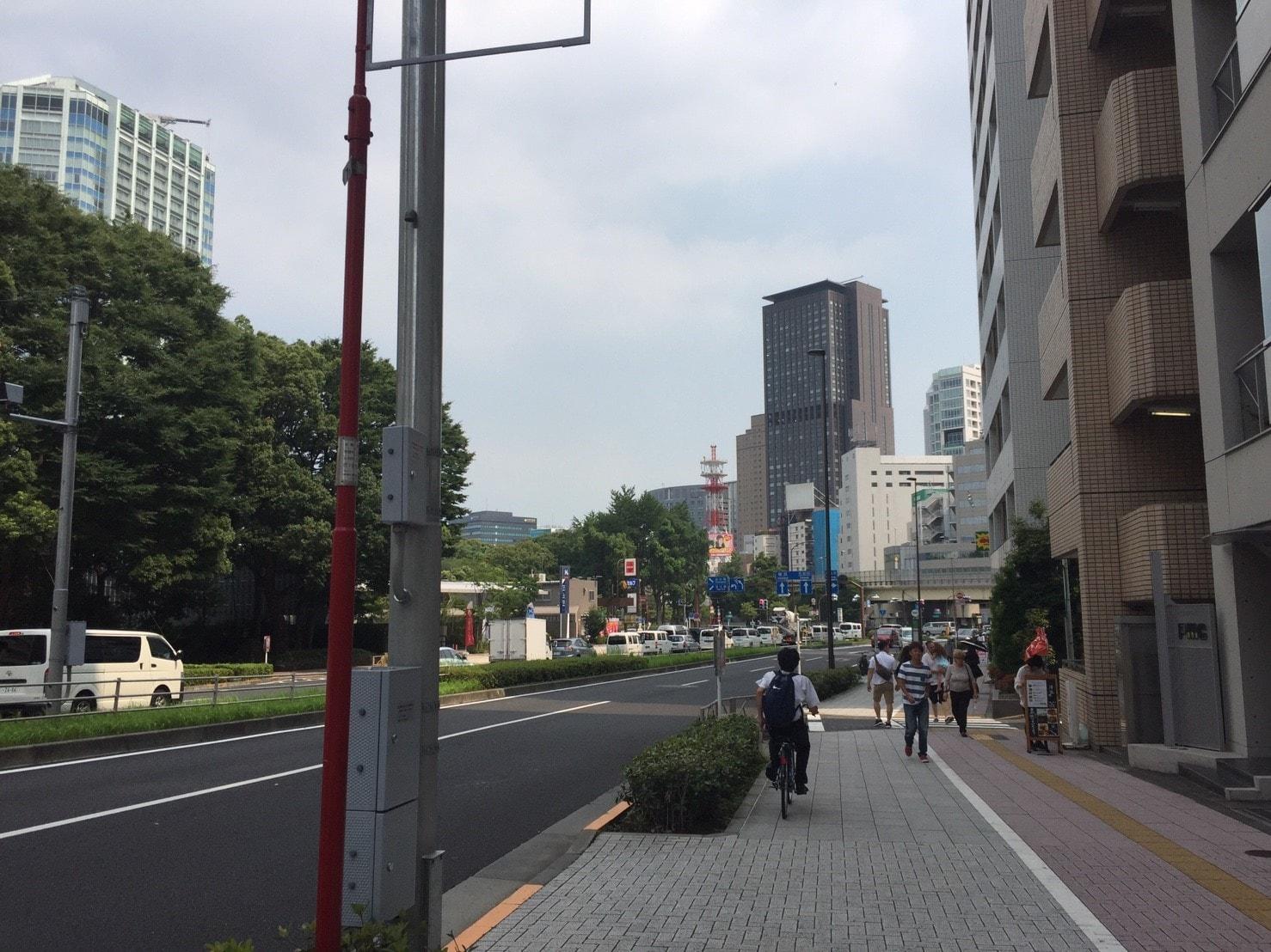 大通り沿いの街並み