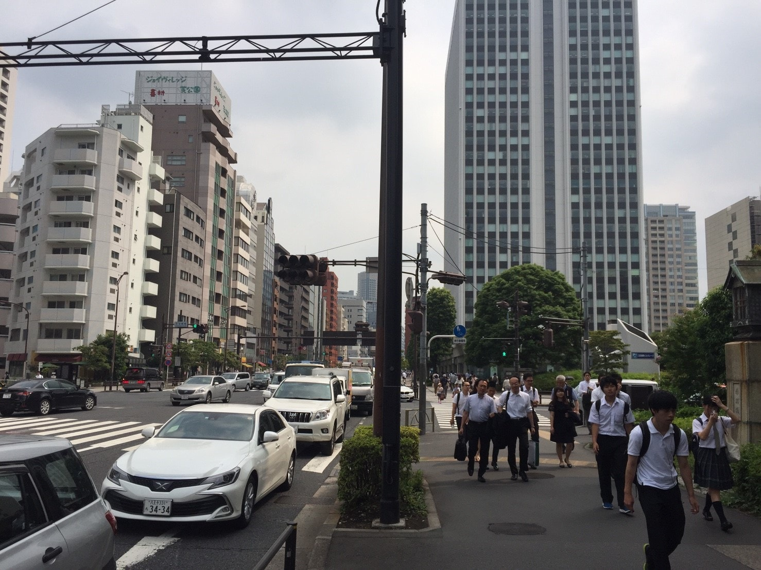 サラリーマンや学生が行き交う街並み