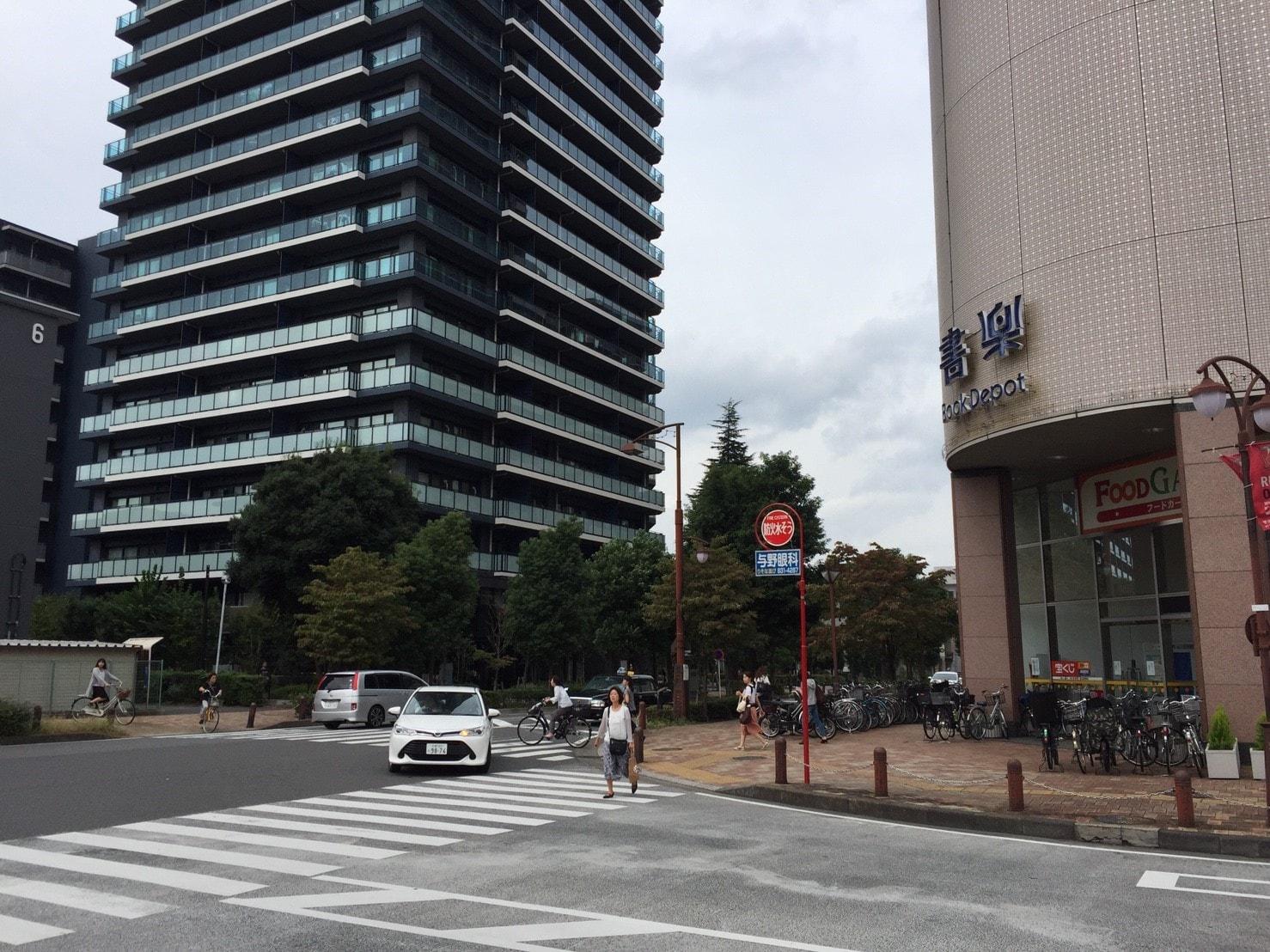 駅周辺に建つ高層マンション