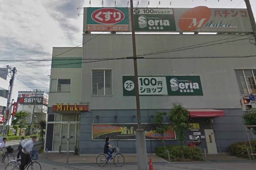 薬局と100円ショップが併設された施設