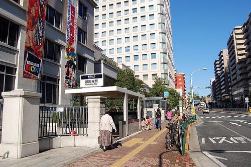 護国寺駅の出口周辺の風景