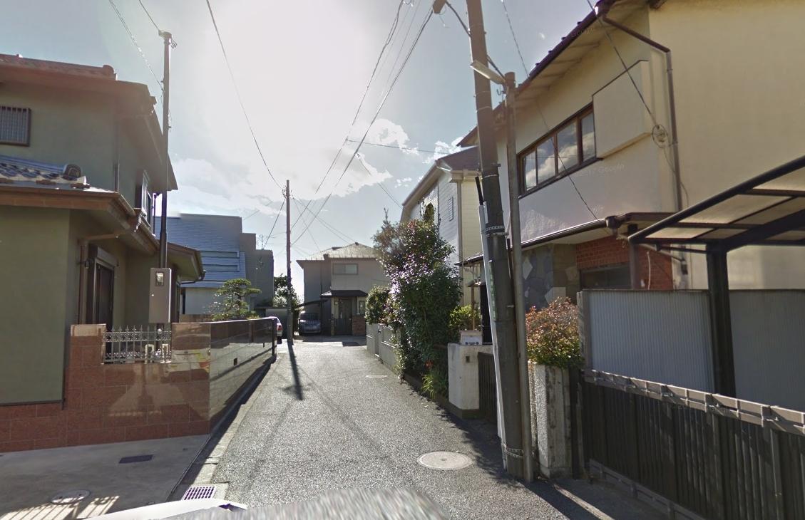 駅前の住宅街の風景