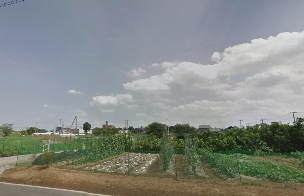 畑や空き地が広がる風景