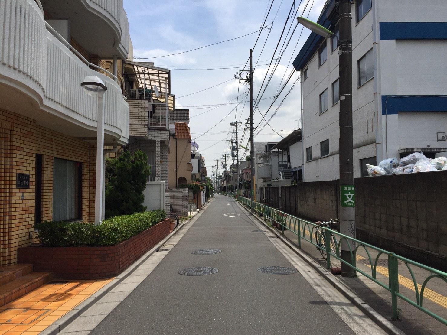 アパートや一戸建てが多い住宅街