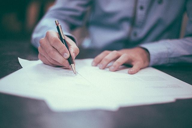 書類にサインする女性