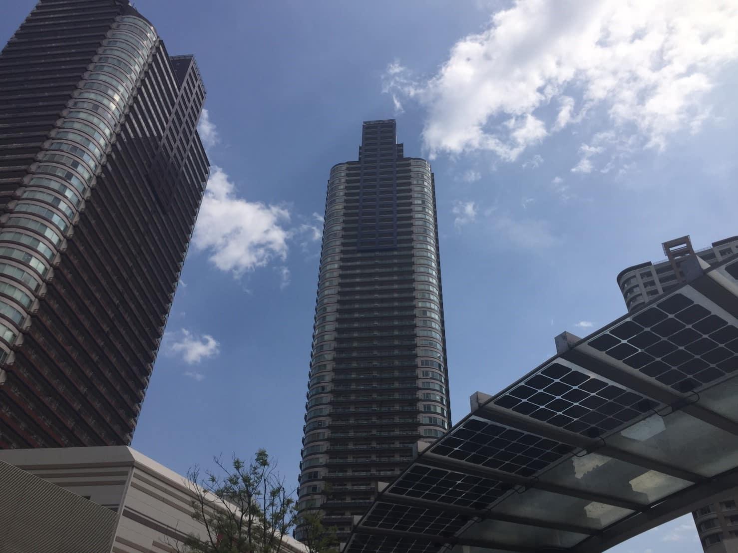 高層タワーマンションが立ち並ぶ駅前の風景