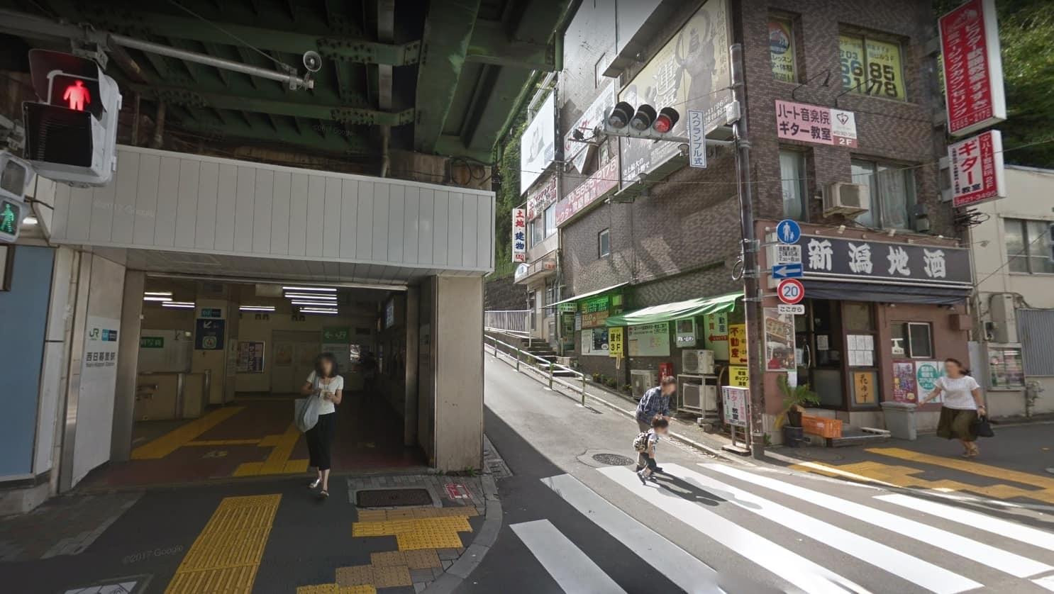 西日暮里駅西口前の風景