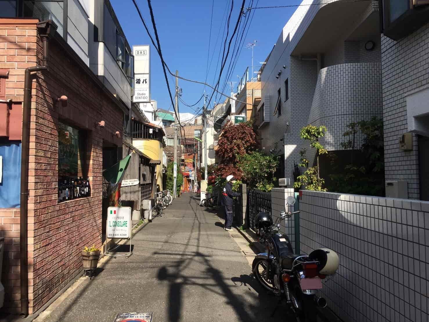 下北沢の道が狭い住宅街