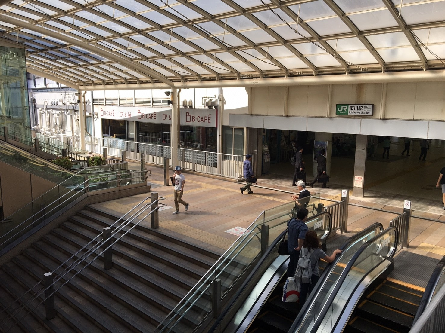 人通りが多い駅前