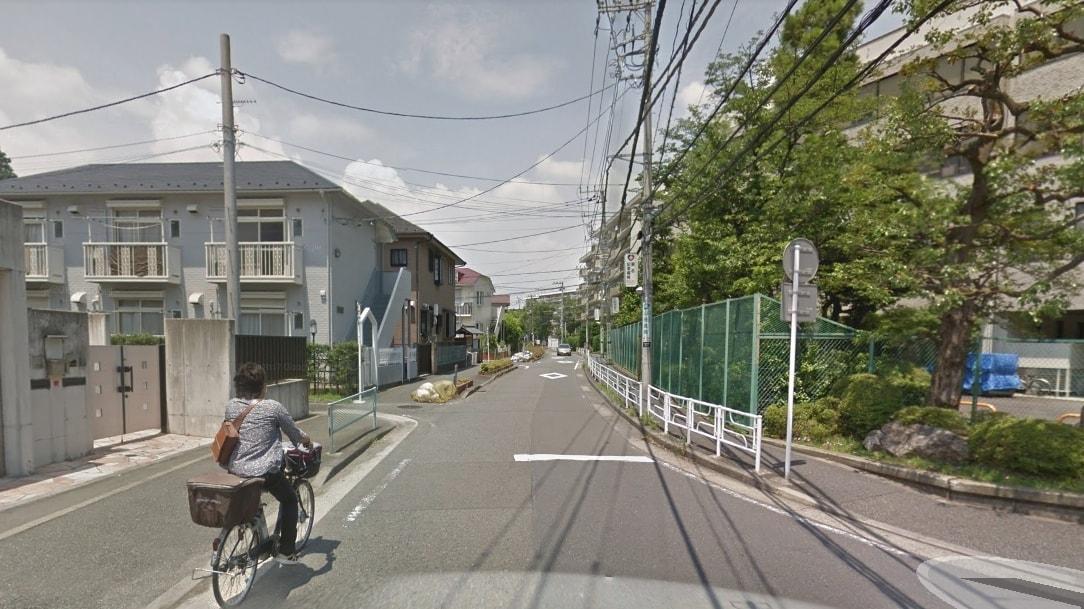 平坦な道の住宅街