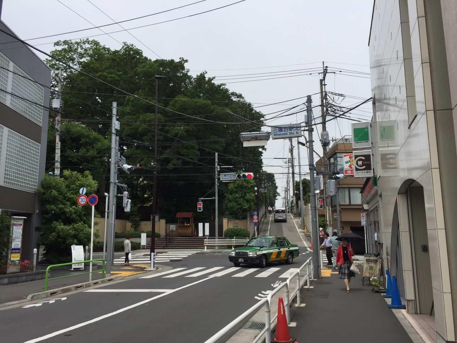三鷹駅北側の急な坂道