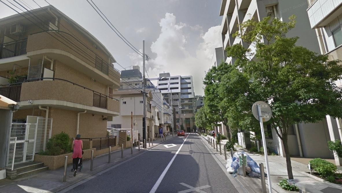 駅前の通りの住宅