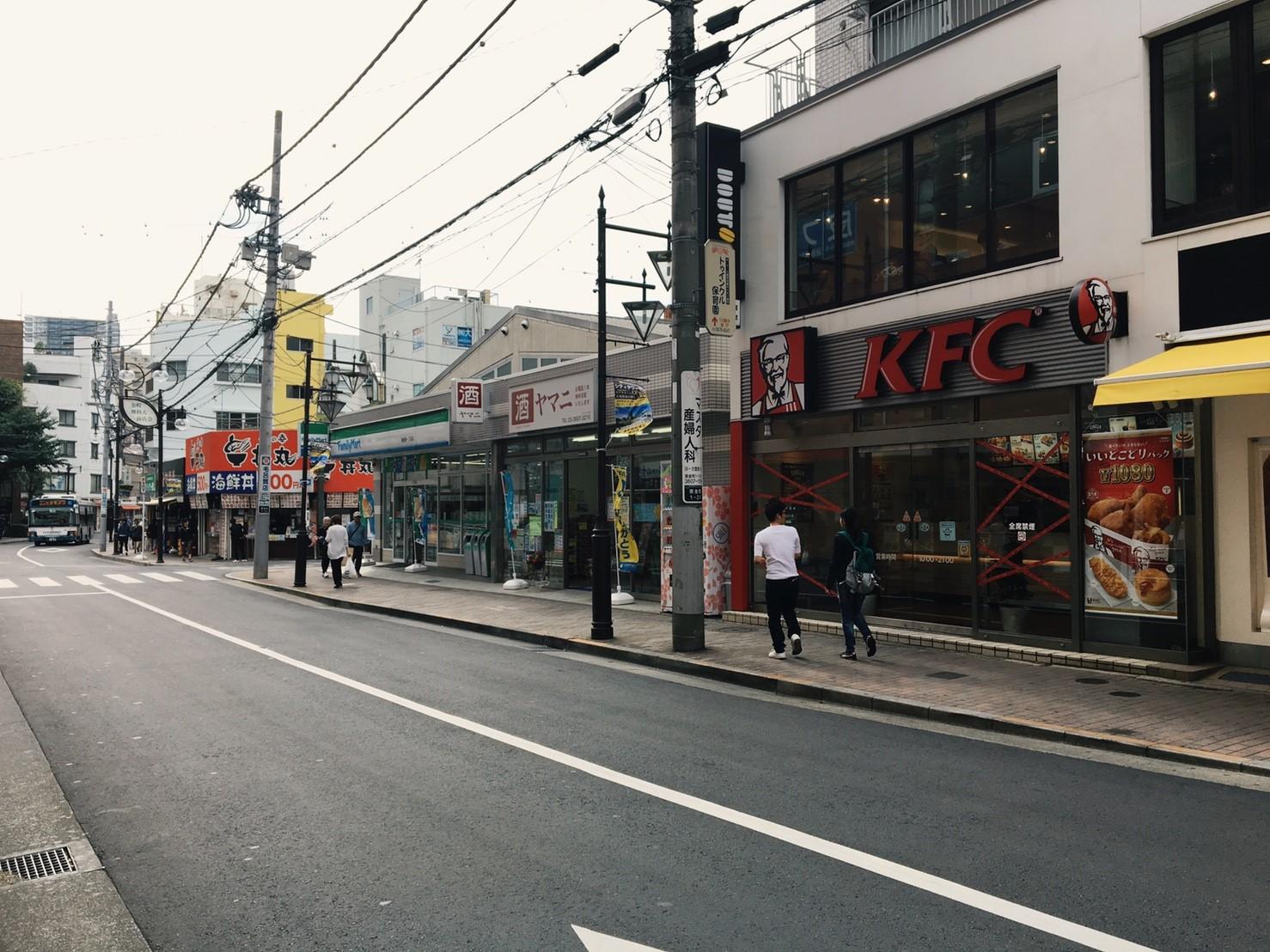 駅前の商店街の通り