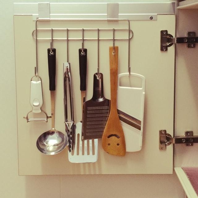 フックに調理器具をひっかける