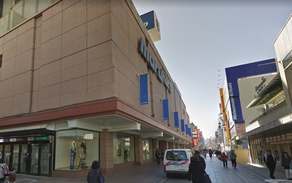 商店街の通りの百貨店