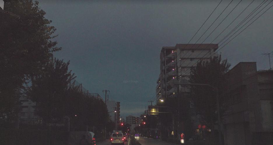 大通り沿いの夜の風景