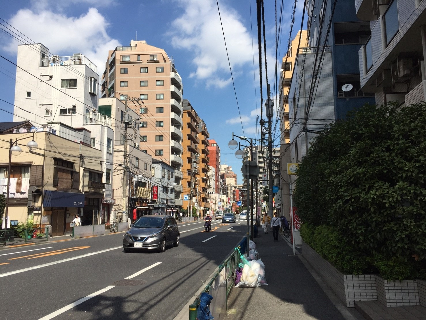 千駄木駅前の風景