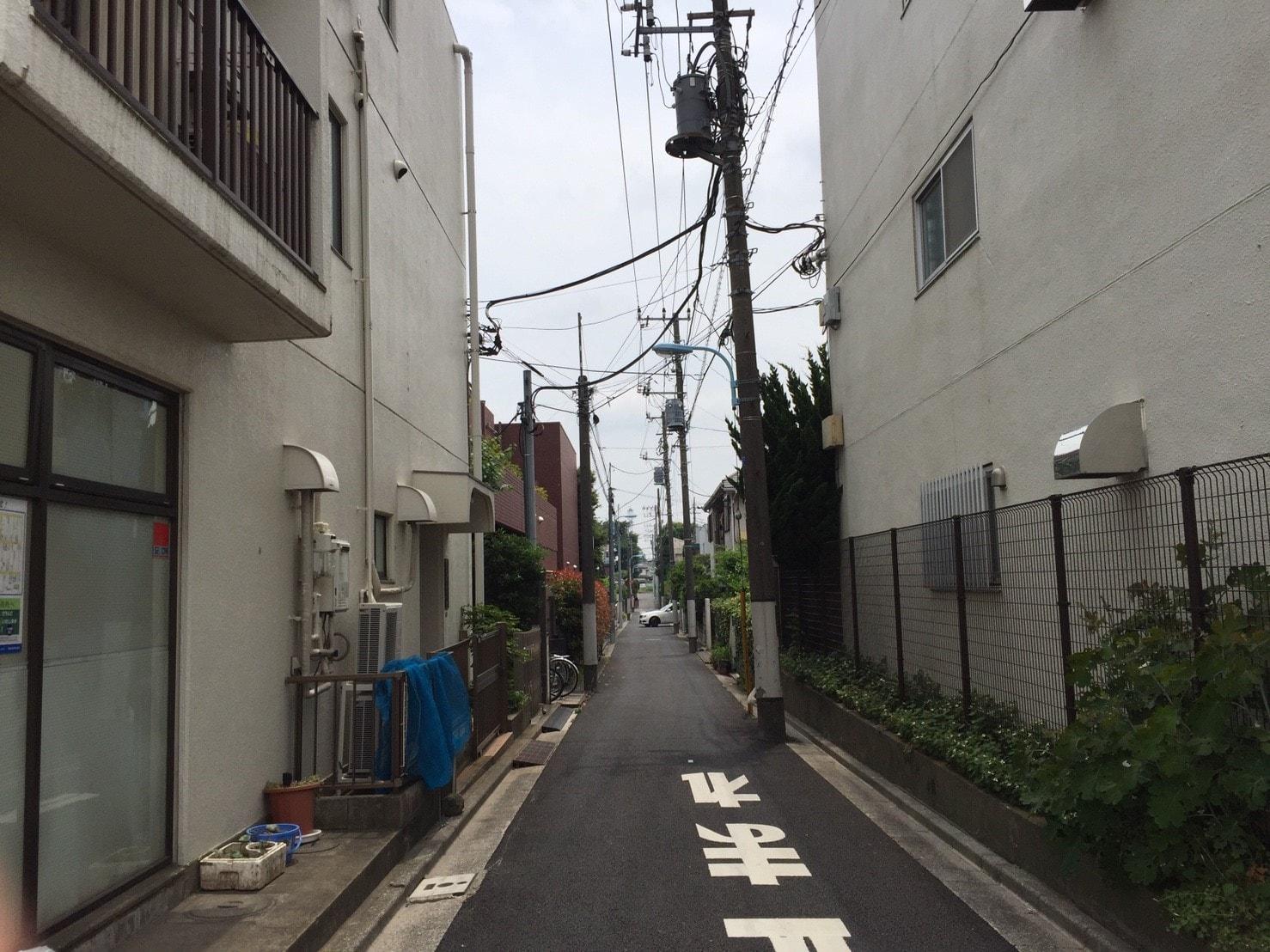 道幅が狭い住宅街