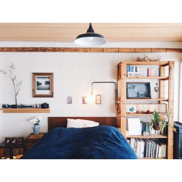 ベッドと木の棚でお洒落にコーディネート