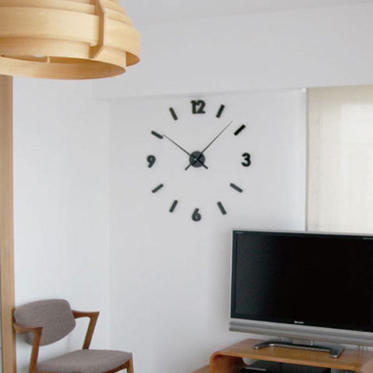 少し変わった時計で壁を飾る