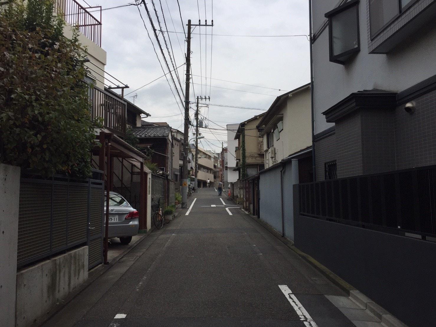 緩い坂道がある住宅街