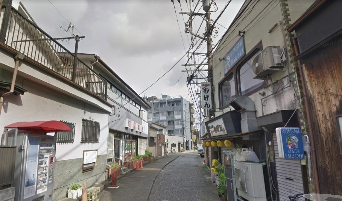 駅前の通りの風景
