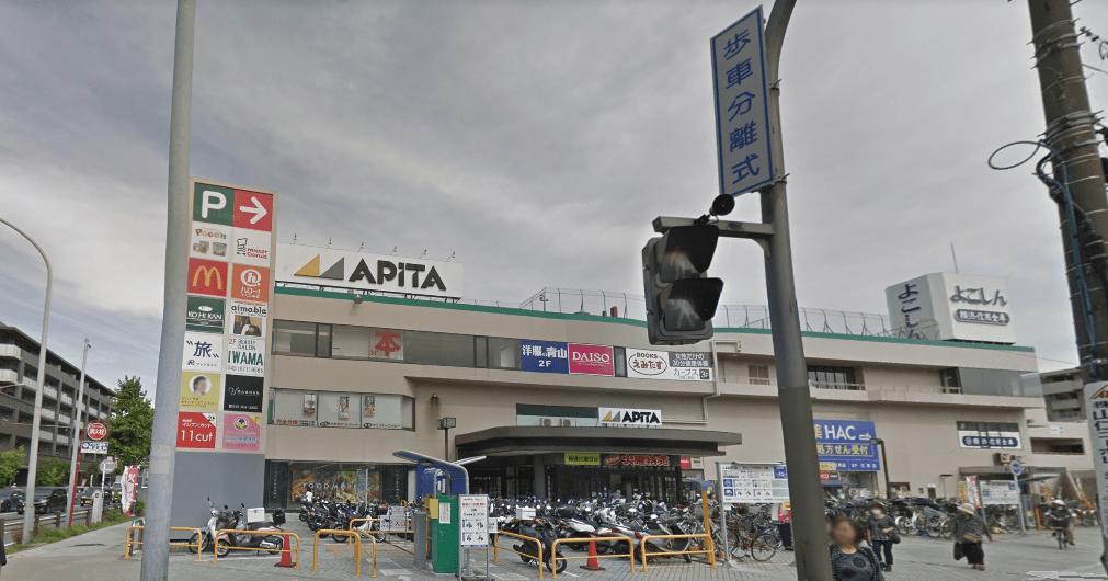 大通り沿いの買い物施設
