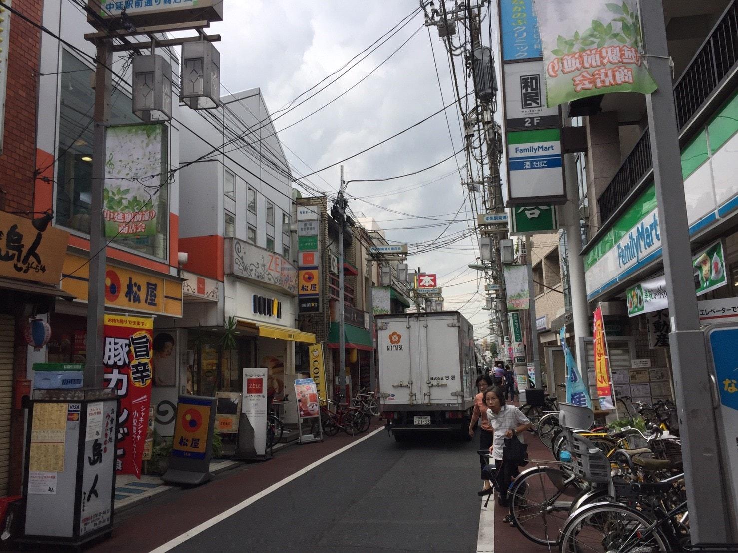 車の通行が多い商店街