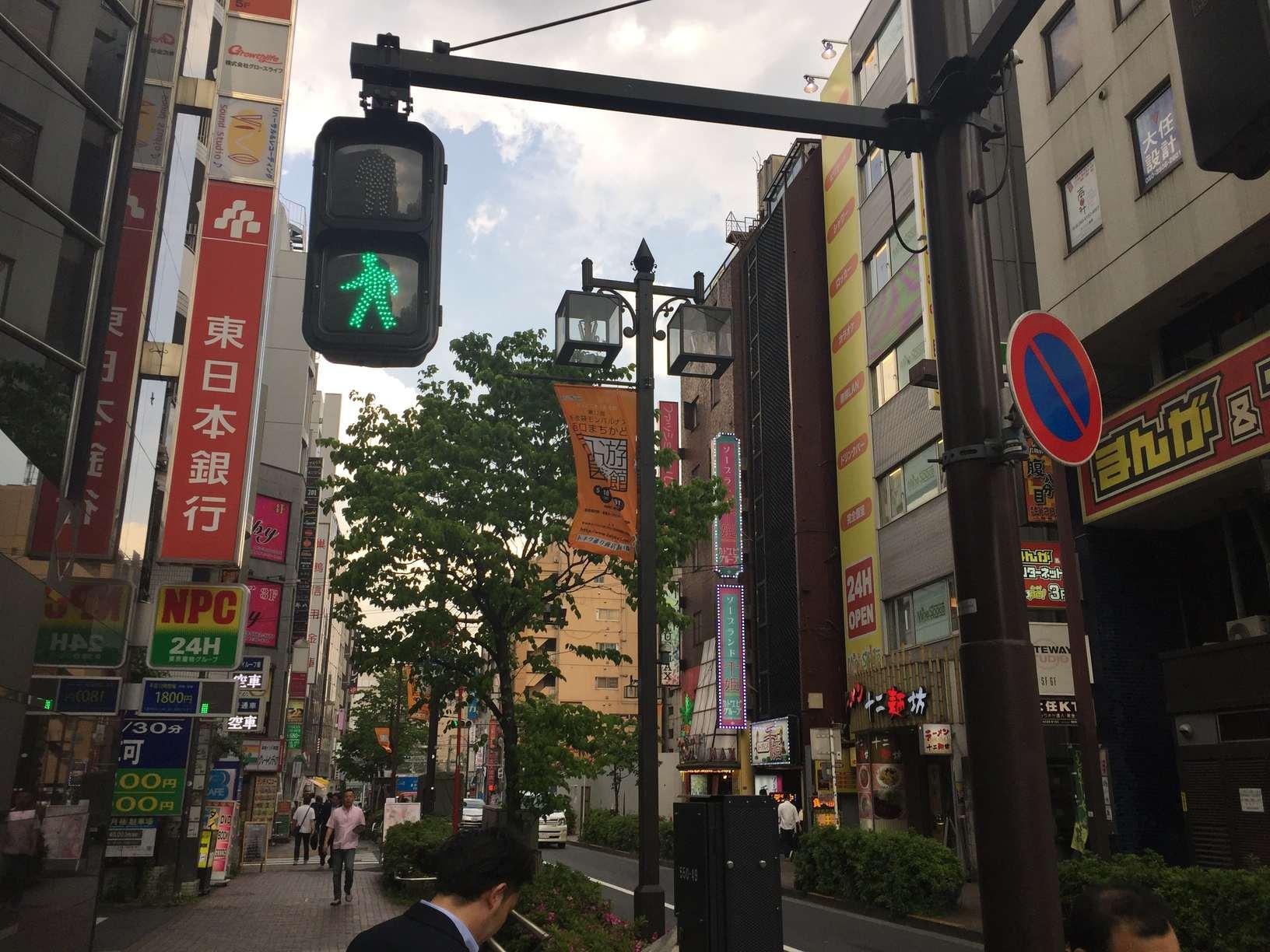 昼間でも人通りが多い街並み