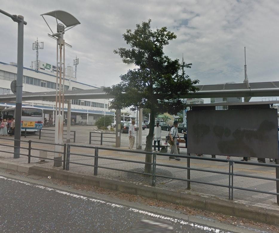 東口のバスターミナルとタクシー乗り場