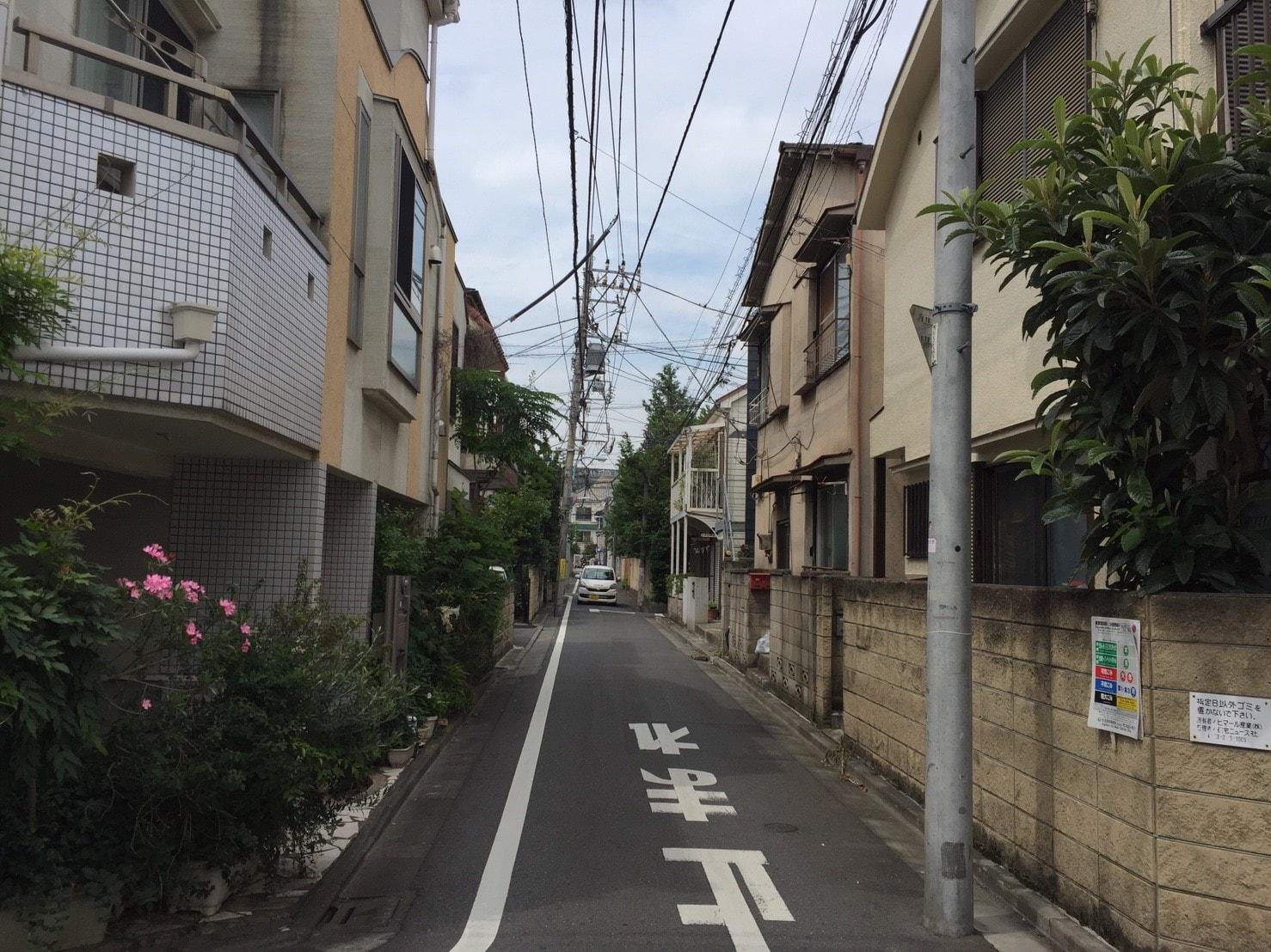 道が狭い住宅街