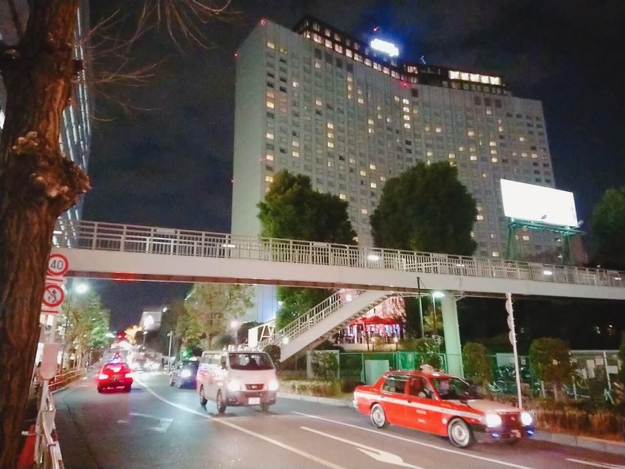 西口のホテルやオフィスビル