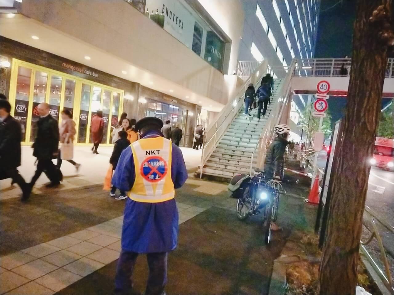 品川駅で違法駐輪を取り締まる人
