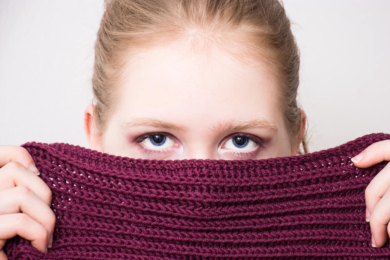 顔を半分隠す女性