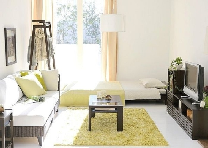日当たりが良い部屋と淡い色のカーテン