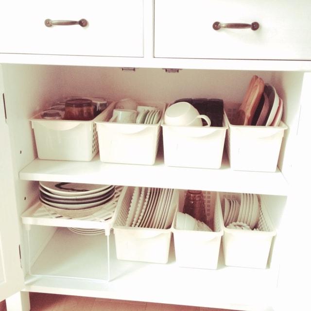 カゴを使った食器棚の収納
