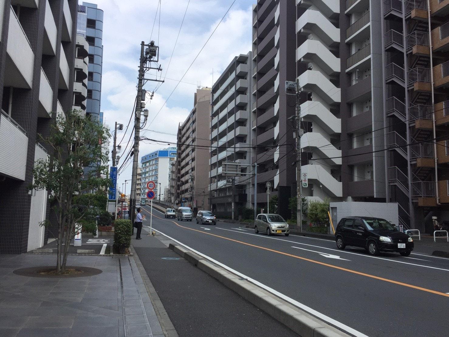 大通り沿いの住宅