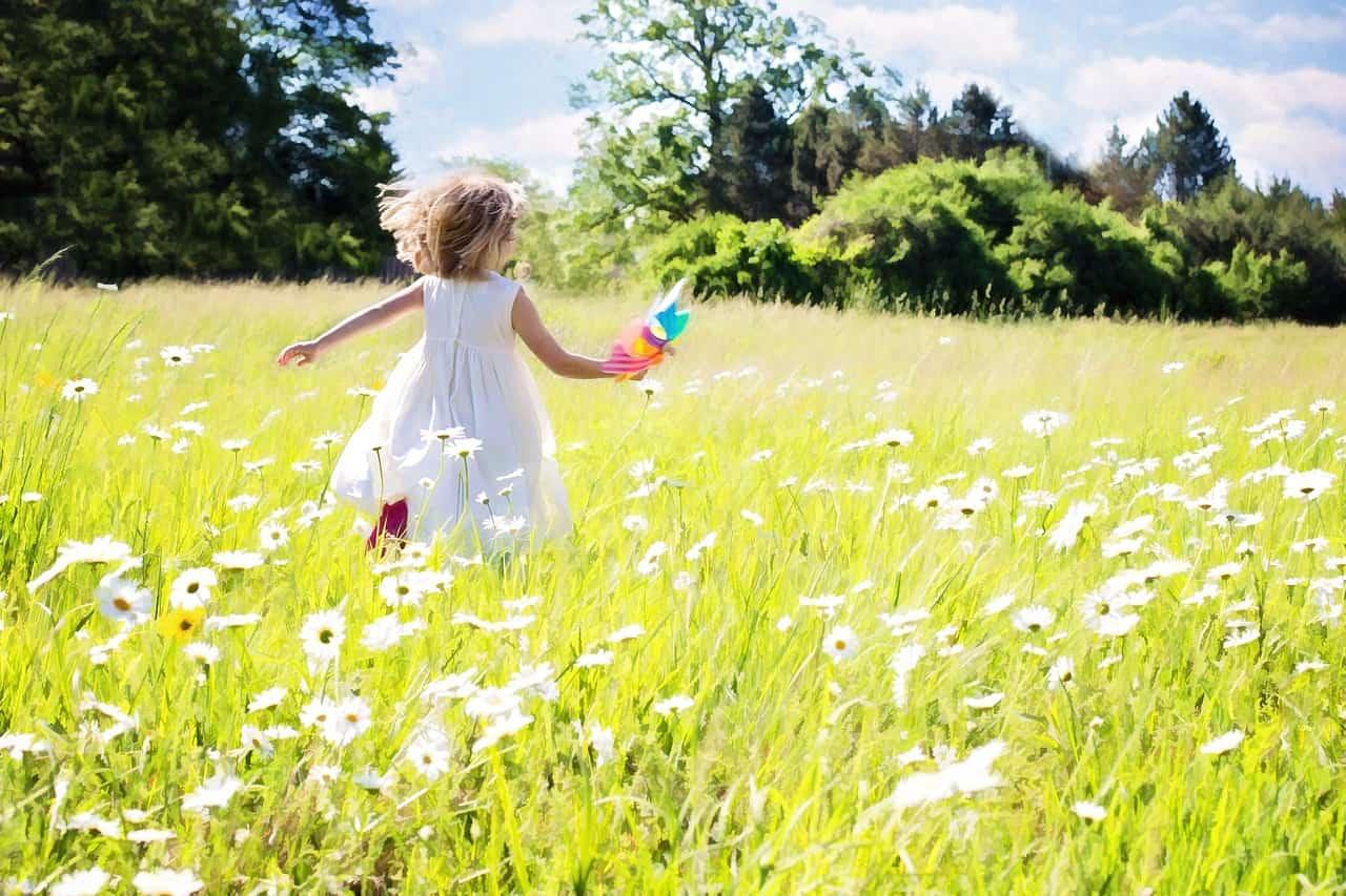 花畑で遊ぶ子ども