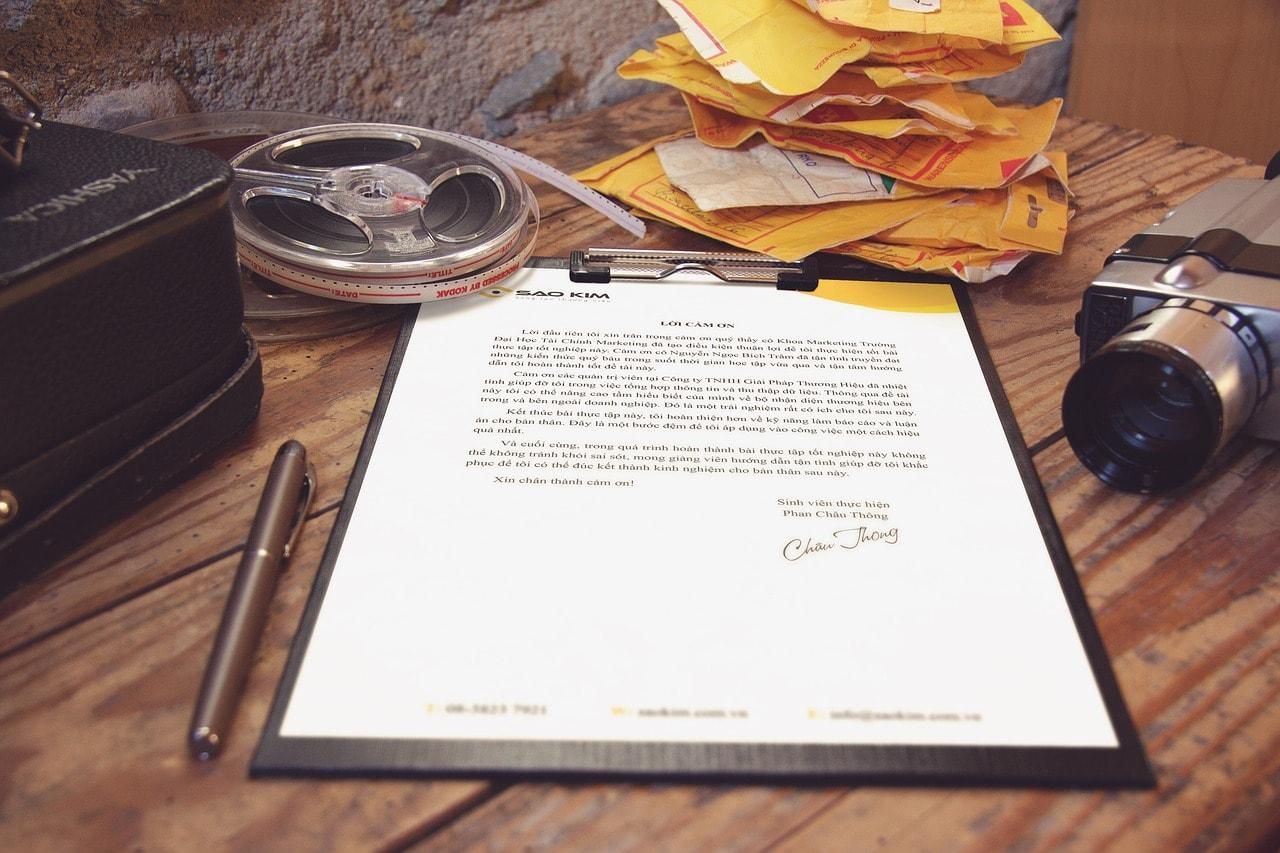 書類とペンの画像