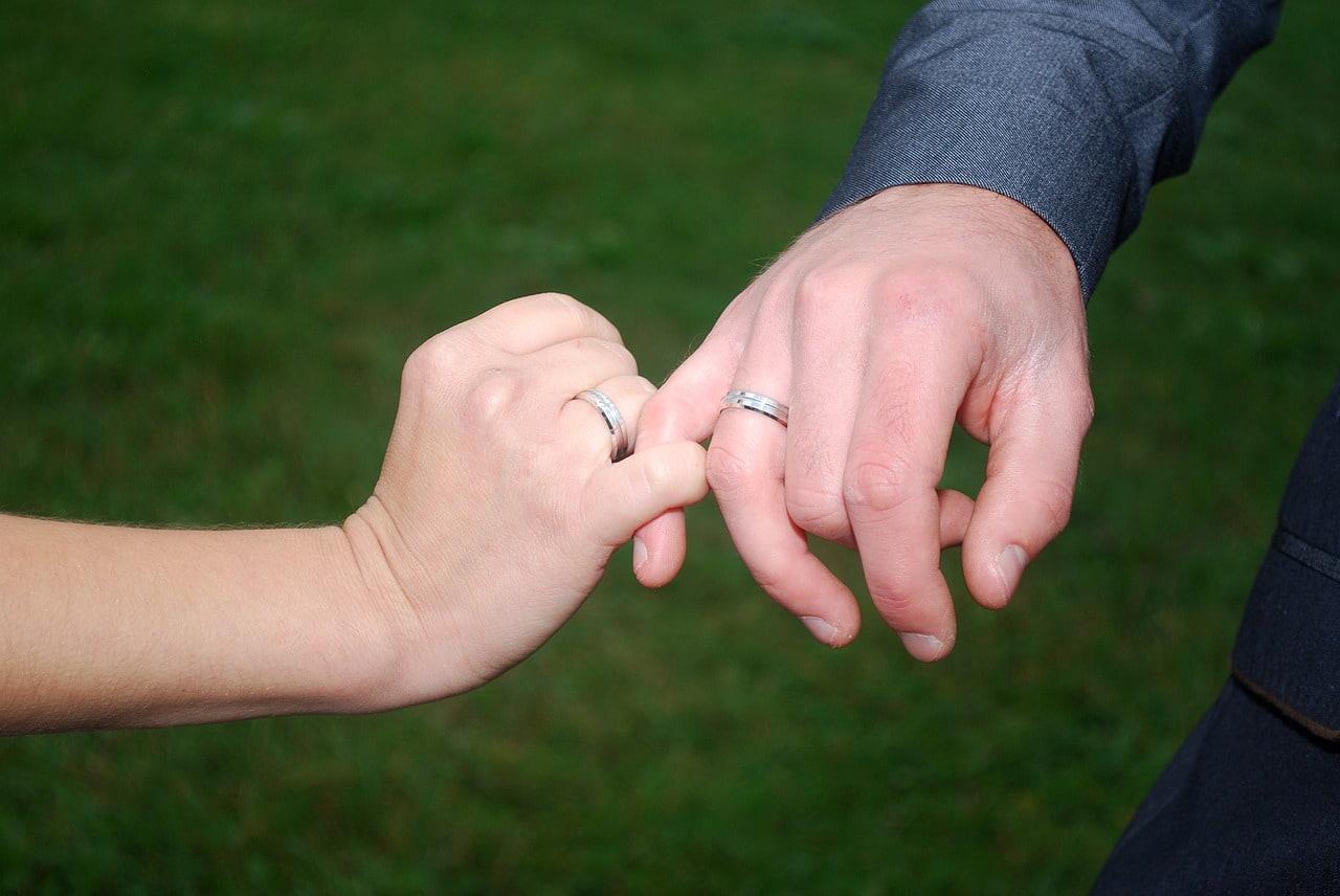 小指を繋ぐ夫婦