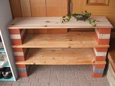 板とレンガで作った棚
