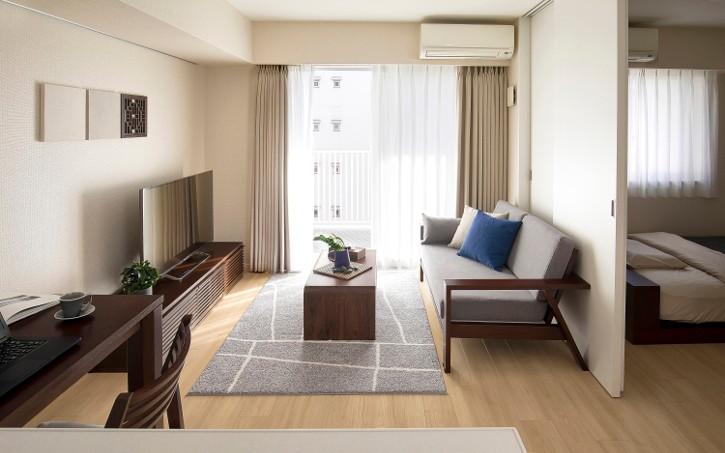 家具の数を絞ってシンプルにした室内の様子