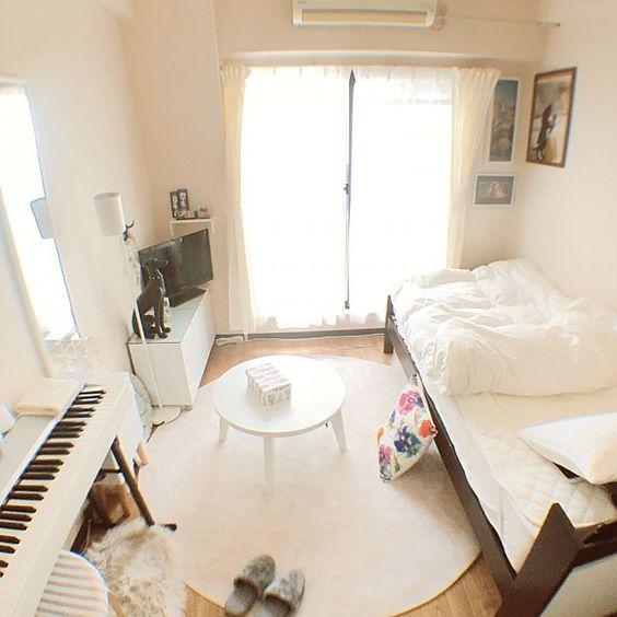 ベッドとピアノがある部屋