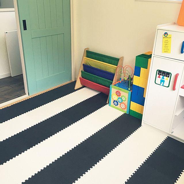 カーペットを敷いた洋室の子ども部屋