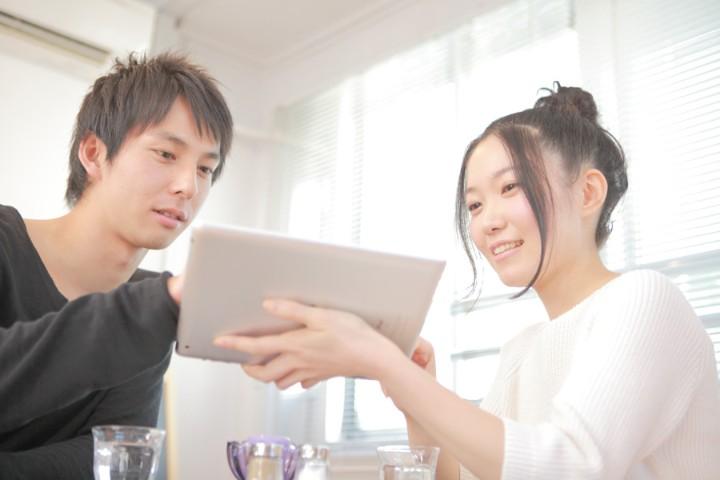 パソコンを使っているカップル